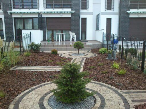 Malutki ogródek przy szeregowcu